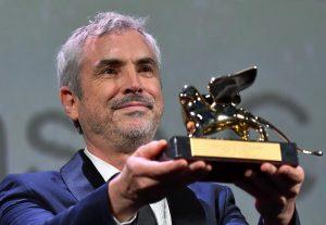 Alfonso Cuarón sostiene el León de Oro